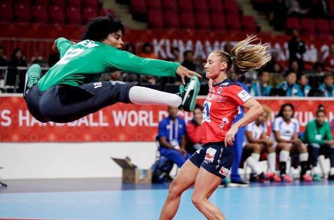 Camilla Herrem scorer på Cubas keeper Indiana Ramos under VM-kampen i håndball lørdag.
