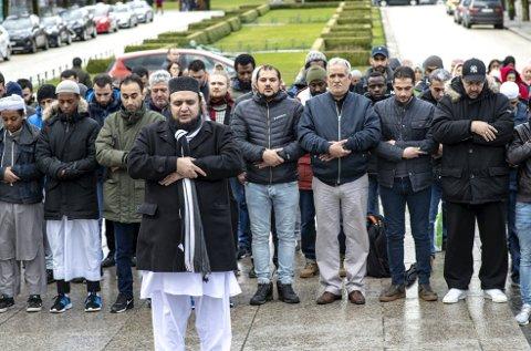 Muslimer fra Bergen samlet seg i sentrum for å vise medlidenhet overfor de 49 muslimene som ble drept på New Zealand på fredag.