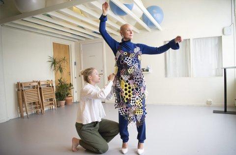 Kira Massara skal hjelpe Alwynne Pritchard med å få kjolen av og på, noe som tar omtrent en halv time, hver gang. Foto: Arne Ristesund