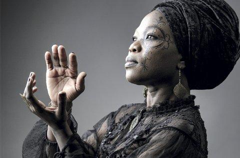 SÆRPREGET: Moonlight Benjamin spiller en musikk som kombinerer rytmer og sanger fra Haitis voodoo-kultur med blues og rock fra 70-tallet. – Vi bruker å kalle det voodoo-bluesrock, sier sangeren. FOTO: Pixbynot/FESTSPILLENE