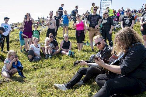 Helmine Straumstein (8) koser seg i fanget på pappa Bjørnar, mens Skambankt-vokalist Terje Winterstø Røthing (med solbriller) og kollega Hans Egil Løe Abelsnes spiller bare for henne!