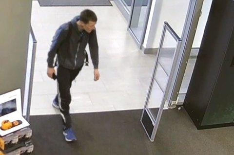 Politiet opplyser at denne mannen brukte et stjålet kort på Elkjøp i Åsane.