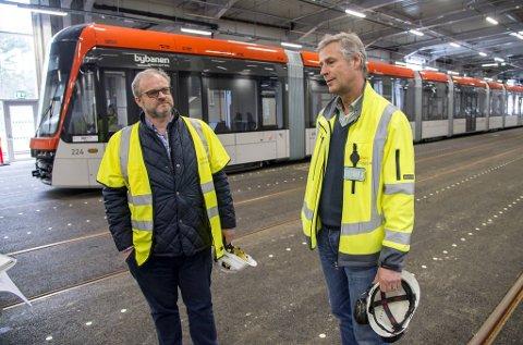 Prosjektdirektør (til h.) Roger Skoglie i Bybanen Utbygging håper de nye smittevernreglene ikke vil ramme de utenlandske arbeiderne for hardt. Her med verksted- og depotsjef Leon Fauske.