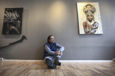 José Alejandro fikk oppleve rasismen i Loddefjord på kroppen i oppveksten. Det resulterte i at han snudde seg mot kunsten og musikken. Nå debuterer han med separatutstilling.