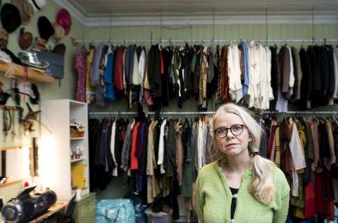 Solvei Stoutland i Apropos Teater har en mengde rekvisitter og kostymer som er samlet gjennom over tyve års drift med omflakkende teater i Bergen by. FOTO: SKJALG EKELAND