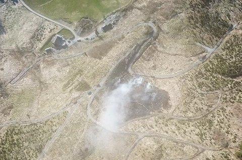 Et stort område med gress gikk med i brannen.