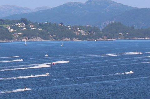 36 båter deltar i racet. De skal innom fem destinasjoner og samle kort. Den som har den beste pokerhånden vinner hele sulamitten