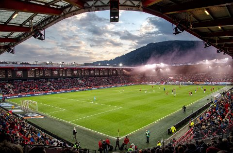 Brann Stadion har historisk sett hatt gressbane, men nå vurderer Brann å bytte til kunstgress. Det har fått flere supportere og medlemmer til å reagere, også fordi de mener prosessen ikke har vært åpen nok.