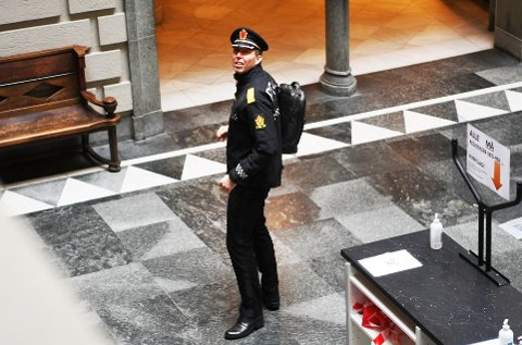 Politimester Kaare Songstad på vei inn i Tinghuset for å vitne om håndteringen av politivarsleren Espen Bø.