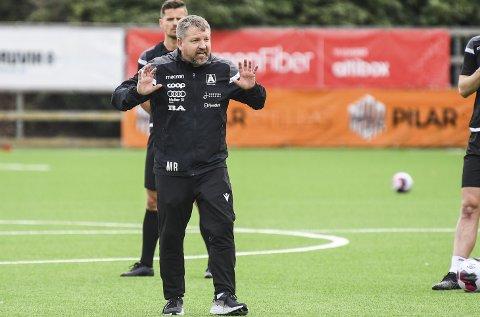 Morten Røssland kunne ifølge seg selv hatt en annen trenerjobb enn den han har i Åsane, om han                  hadde slått til på et av tilbudene som kom i vinter. 48-åringen har virkelig skapt seg et navn i Fotball-Norge etter suksessen med Åsane.
