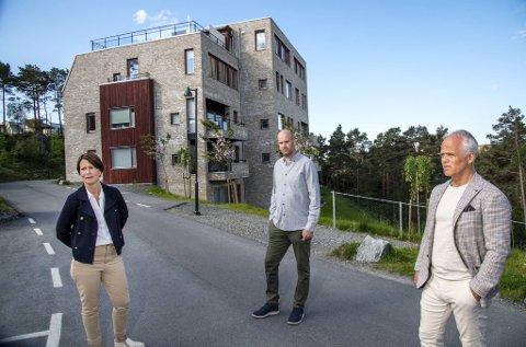 Jorunn Nerheim (t.v.), Roger Wiksnes og Tor Fredrik Müller viser BA rundt på Sandsliåsen hvor Obos allerede har bygget godt over 100 boliger.