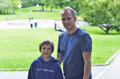 Lars Erling Lindtner og pappa Espen Edvardsen krysser fingrene for at ikke årets fadderuker medfører like høye støynivå som i Nygårdsparken tidlig i sommer.