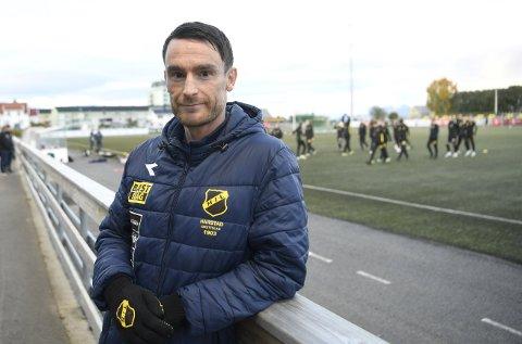 Runar Normann har blitt 43 år, men holder seg fortsatt i gang som spillende assistenttrener i Harstad. Han skal selvsagt spille cupoppgjøret mot sin tidligere arbeidsgiver, Brann, i kveld.