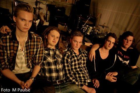 Sindre Jåsund (fra venstre), Benjamin Larsen, John Reinert Biland, Olav Kyle Finnesand og Sigvart Waage i bandet Sprøyt skal varme opp for Plumbo i Randaberghallen.