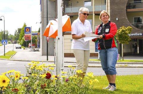 SENTRUMSNÆRT: Kristin Kihle Andersen (t.h.) fra Modum O-lag og Lise Haviken fra Åmot handelsstand ser fram til turorientering i Åmot sentrum i dag.Foto: Oscar Bondø