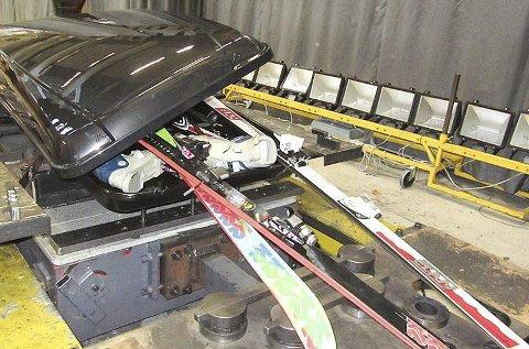 Krasjlanding: 75 kilo med ski, staver og sko føyk ut som prosjektiler da denne boksen fra Skiguard ble kollisjonstestet ved 40 km/t. Nå lover produsenten å gjøre takboksen sikrere.FOTO: NAF
