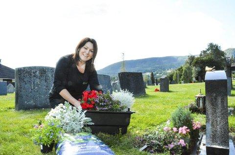 Anbefaler kasser: May Brynslund har selv satt ned selvvanningskasser på familiens graver. – Nå har jeg nettopp plantet nytt, men de forrige                blomstene sto siden 17. mai. Selvvanningskasser er kjempefint, sier hun.