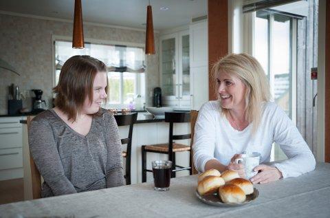 Stine og Marit Andersen har valgt å være åpne om livet til Stine, for på den måten å forsøke å hjelpe andre i samme situasjon.
