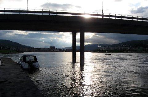 DRAMMEN 20070710: Vannet stiger fortsatt i Drammenselva. Men fortsatt er det endel å gå på før vannet når over breddene i sentrum. Foto: Jarl Fr. Erichsen / SCANPIX .