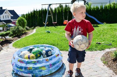 Thorvald Halle Isene (4) er tatt ut i streik for første gang og koser seg i hagen hjemme i sommervarmen. - I morgen er det lørdag og da skal vi på hytta, sier han.