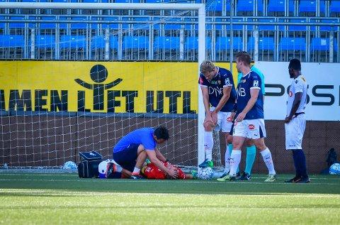 LÅ NEDE: Espen Bugge Pettersen fikk kneet til Franck Boli i hodet under søndagens treningskamp mot Stabæk.  SIF-keeperen er friskmeldt, og kan vokte buret mot Bodø/Glimt.