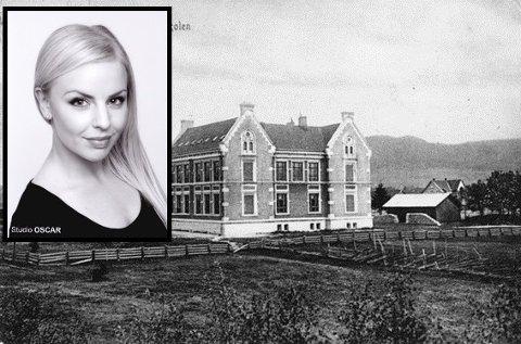 TIL SALGS: Viktoria Bergroth (34) selger en eldgammel pult fra Øvre Ekers Middelskole ble etablert i Haugsund, som ble etablert i 1902.