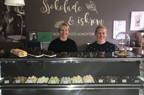 Hjemmelaget: Søstrene Ingvill (t.v.) og Tonje Holtungen Simensen selger hjemmelaget sjokolade, kaker og is i Sjokolade Salongen. Det har slått godt an.