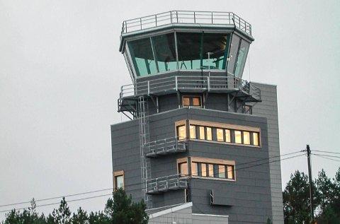 BESTÅR: Tårnet på Florø Lufthamn består som i dag. Avinor har no beslutta at i alt 10 nye kortbane-flyplassar skal fjernstyrast frå Bodø innan 2020.