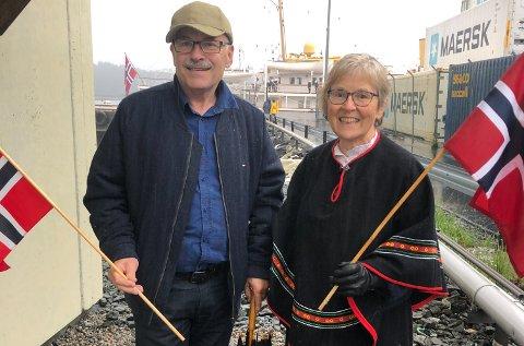VENTAR: Svein M Steindal og Astrid Steindal har pynta seg i vente på kongeparet, Astrid i ein samisk festdrakt.