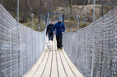 Marita Giil og Ola Røyrvik  er glade for at brua no er gjennopna.