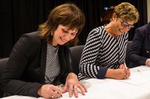 Jenny Følling (Sp), Anne Gine Hestetun (Ap) og Solveig Ege Tengesdal (KrF) signerer intensjonsavtale om regionreform - forhandlingar om regionreform - Vestlandsregion