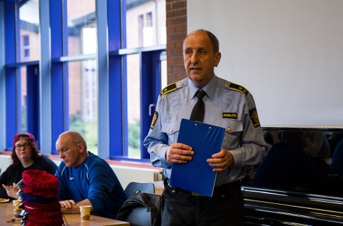 INFORMERTE: Politibetjent Odd Helge Vågseth møtte russen på Hafstad vidaregåande skule onsdag.