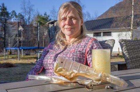 RØYKFYLT STOVE: Oddlaug Flugekvam var heldigvis i hagen då brannalarmen ulte inni stova. At røyken stamma frå ei lukka kommodestuff, overraska ho.