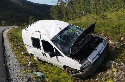 BILUHELL: Denne bilen hamna i grøfta på vegen mellom Sande og Guddalen.