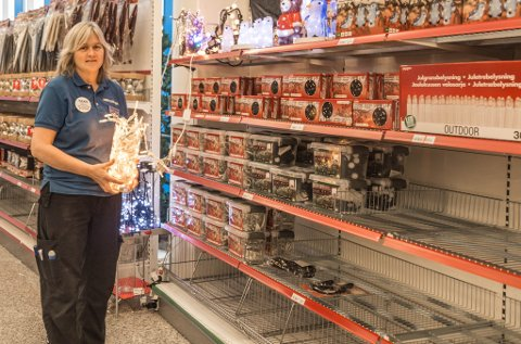 POPULÆRT: I år har julelys selt som aldri før, og på Biltema i Førde er dei nesten heilt tomme, seier varehussjef Sissel Flåm.