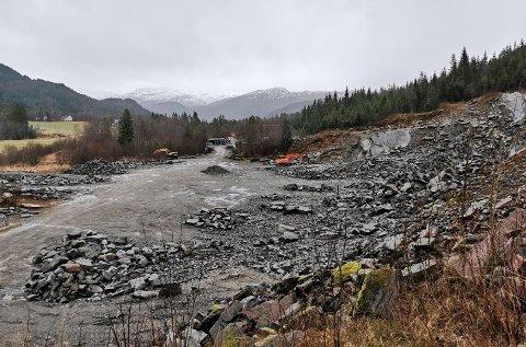 GRUSTAK: Gaular Stein og Maskin sitt masseuttak på Nos har gått utover grensene sine. No varslar Sunnfjord kommune tvangsmulkt. Bildet viser området frå nord mot sør.