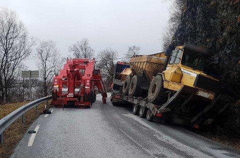 I GRØFTA:  Ein semitrailer køyrde i grøfta. Førde bilbergar har vore på staden for å hjelpe traileren tilbake på vegen