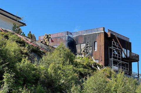 BRANN: Kvifor byrja det å brenne i kledningen på dette huset i Naustdal? Det jobbar politiet med å finne svaret på.