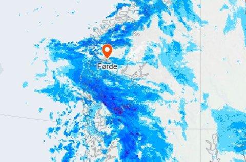 MYKJE NEDBØR: Mykje regn kjem inn over Vestlandet sør for Stad frå havet torsdag. Det er sendt ut farevarsel for styrtregn frå klokka 10 til 18.