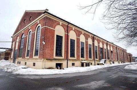 Hydrogenfabrikken: Den store, gamle industrihallen på Øra skal nå brukes til annen virksomhet, men også kunst.