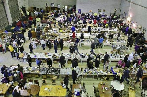 Det var flere hundre innom loppemarkedet lørdag formiddag. loppemakrd