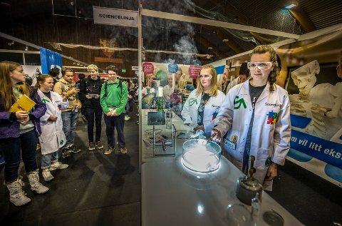 POPULÆR: Standen til sciencelinja på Greåker er et populært stoppested for mange på grunn av deres demonstrasjoner. Her er Maren Knoph (t.v.) og Cathinka Bjørk som går førsteåret i full gang med å vise frem hva de driver med på skolen.