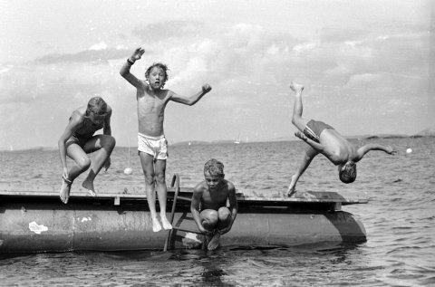Sommerreportasje i FB med glade unger som hoppet i vannet uansett om det var sol eller ikke. Fra juli 1986.