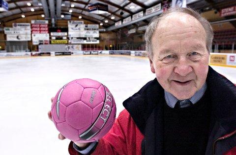 Et bilde på Bjørn Tindlunds brede engasjement. I 2008 foreslo han å gjøre Stjernehallen til håndballarena dersom det ble bygd ny ishall.