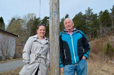 Endelig! Leder Kari-Anne Bjørnø Karlsen og medlem Kjell Simensen i Gressvik lokalsamfunnsutvalg fotografert da de første gang presenterte planene om lysløype i Gressvikmarka i 2015. Neste år – fire år etter – skjer det!