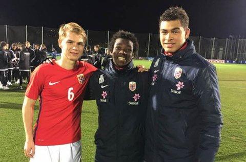 SCORET: Her feirer Thomas Rekdal (til venstre) seieren over Sverige sammen med de andre målscorerne, Joshua Kitolano og Noah Holm. Foto: fotball.no