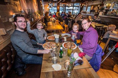 Familien Hansen var blant de mange, mange som benyttet seg av middag for en hundrings-stuntet i fjor. Neste uke er det klart for en ny runde.