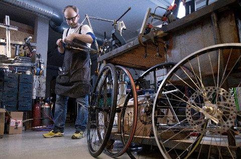 Hølen : Johnsen Frameworks. Reportasje hos Truls Johnsen som lager sykkelrammer for hånd. (Foto: Trygve Indrelid)