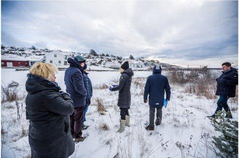 Etter en iskald befaring i vinter valgte politikerne å støtte rådmannen. Nå er også fylkesmannen enig i at kommunen kan styre det nye huset lenger bak på tomten.