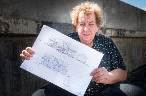 Roy Andersen  viser frem tegningene av  eneboligen som han vil bygge på Asmaløy. Nå er det gitt endelig klarsignal.